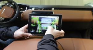 Das Tablet macht Kabelbäume hinter der Verkleidung sichtbar (RE'FLEKT/Bosch Automotive Service Solutions)