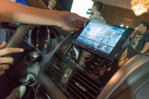 Das Nexus 7 wird mit der Mittelkonsole verbunden und bietet so viele zusätzliche Möglichkeiten für Fahrer und Beifahrer.