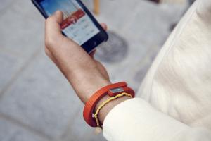 Das Tracker-Armband sendet Informationen an eine App. (Bildquelle: Jawbone)